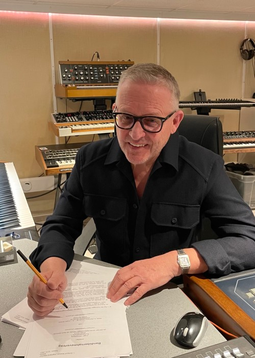 http://www.mig-music.de/wp-content/uploads/2021/06/Contract-Signing.jpg